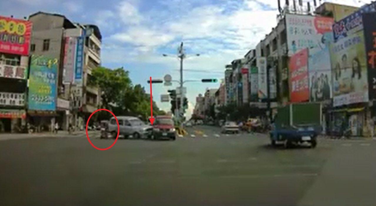 連姓阿嬤騎乘電動醫療代步車(紅色圓圈處)從路口衝出,造成銀色廂型車急煞,撞到內車...