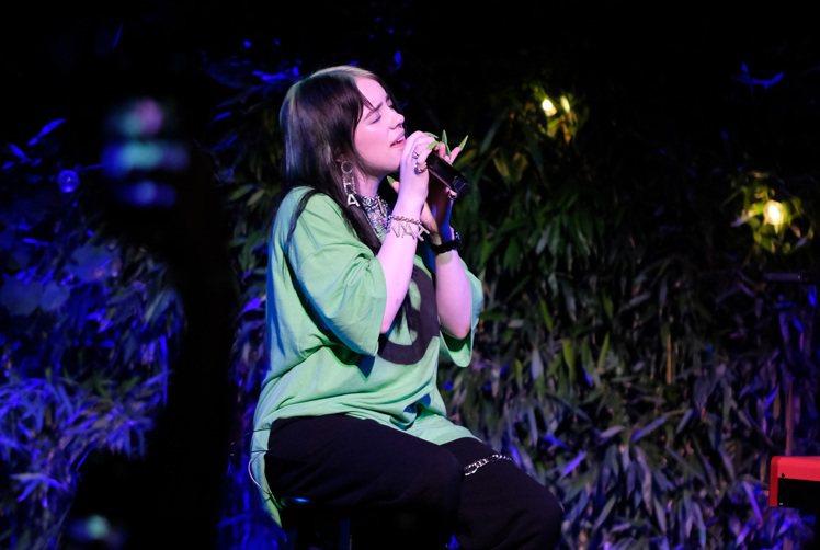 當紅新世代歌手怪奇比莉為香奈兒J12專屬遊艇俱樂部獻唱。圖/香奈兒提供