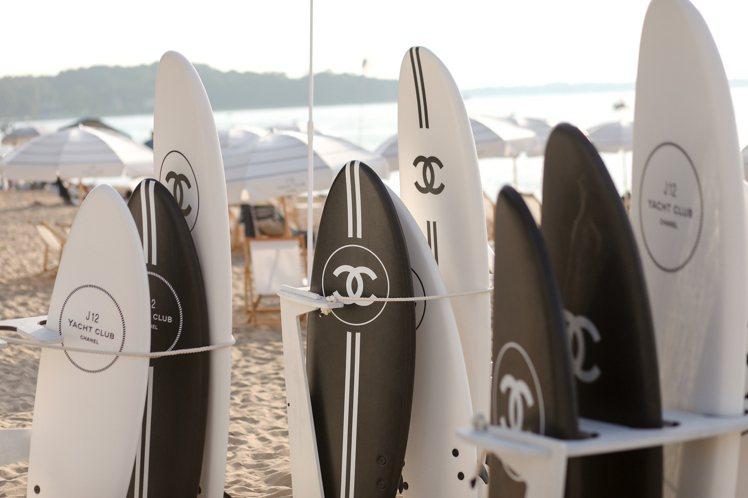 香奈兒於紐約長島海灘打造期間限定的J12專屬遊艇俱樂部。圖/香奈兒提供