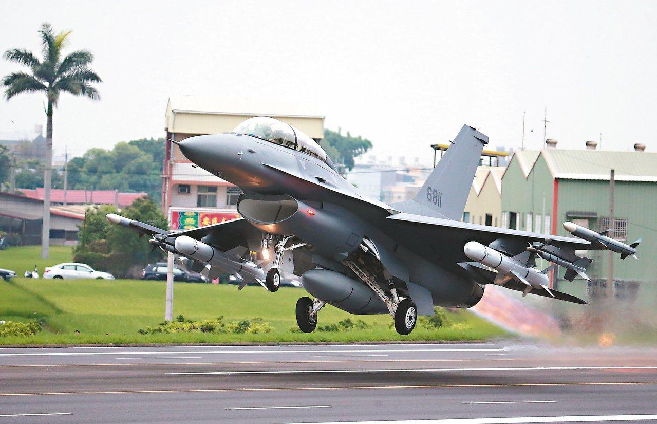 圖為今年5月28日,一架已完成改良的F-16,從高速公路彰化戰備道起飛。 圖/聯...