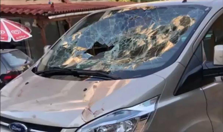 阿爾巴尼亞一間餐廳老闆因為不滿服務被批評,居然跳上顧客的車,赤手空拳打爆擋風玻璃...
