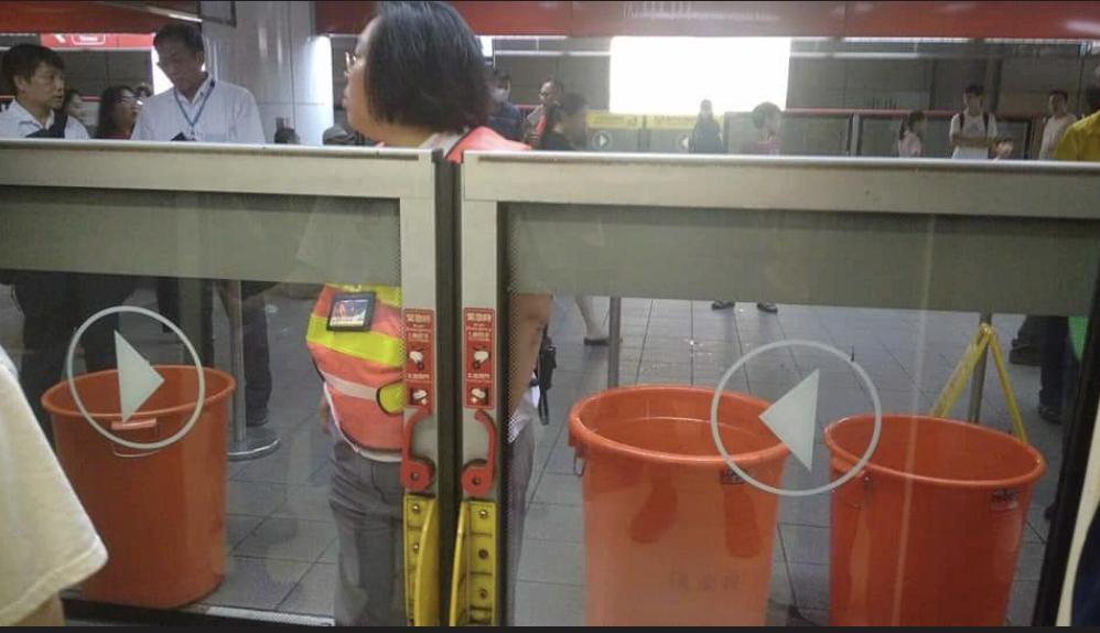 有民眾在爆料公社反映,指北捷中山站積水,完全不能出去。根據網友照片可以看到,月台...