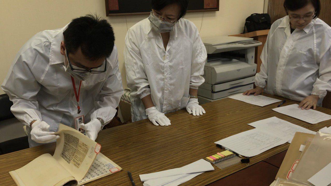 促轉會與檔管局人員進行檔案鑑定。圖╱促轉會提供