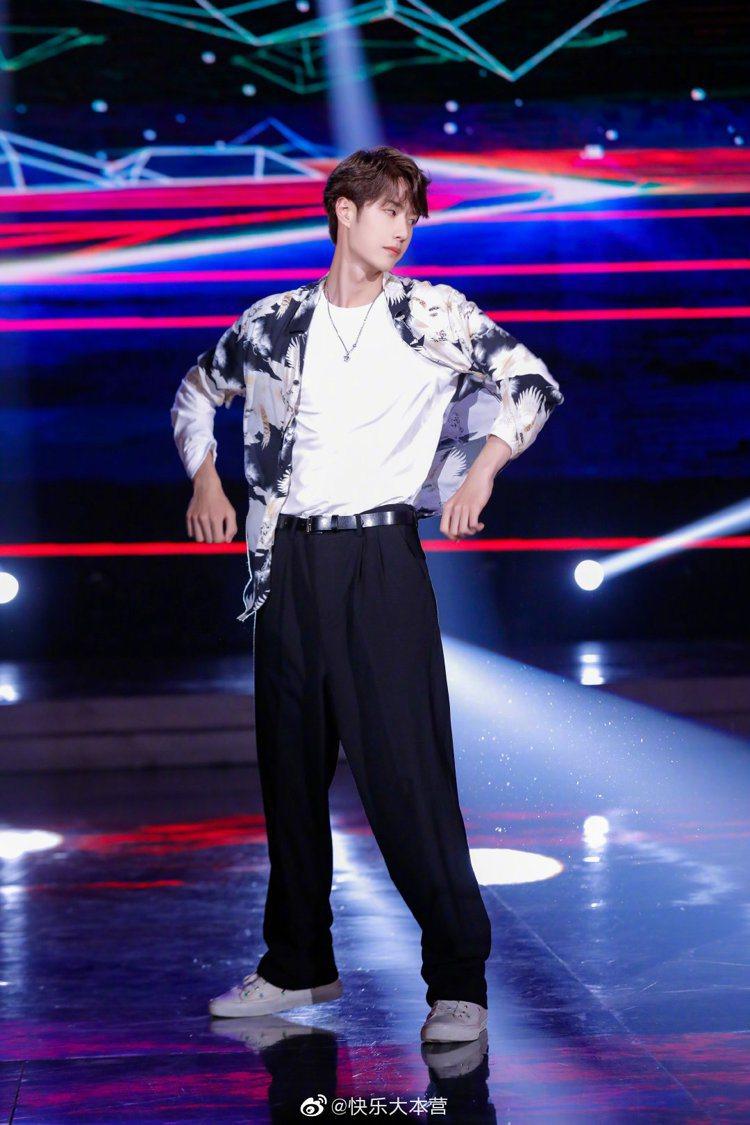大陸男星王一博日前上綜藝節目時,身穿AllSaints花襯衫大秀舞技。圖/摘自微...