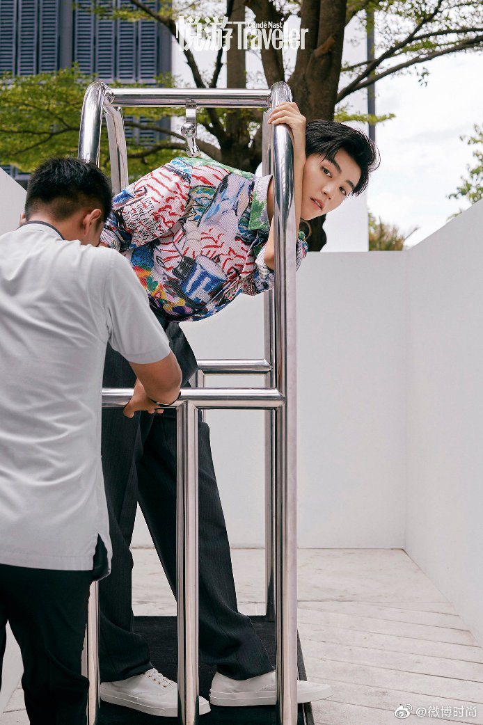 男團TFBOYS成員王俊凱在拍攝時尚專題時,搭配的島嶼度假風格襯衫,就有著精緻魅...