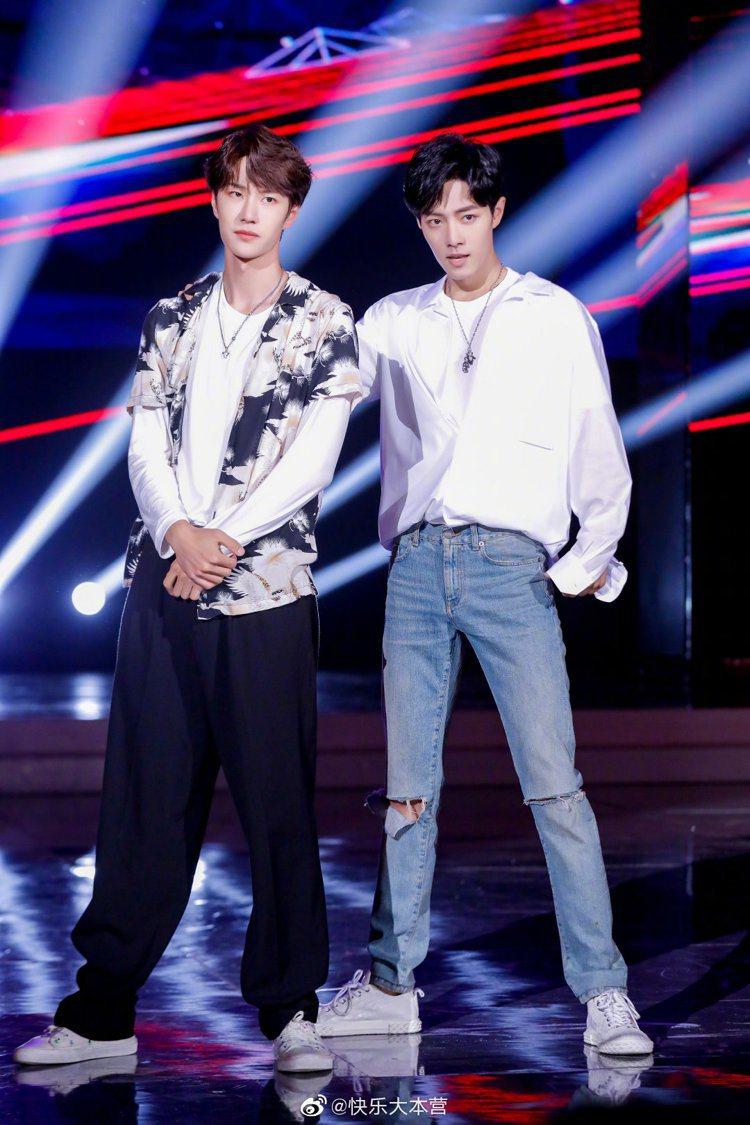 大陸男星王一博(左)日前上綜藝節目時,身穿AllSaints花襯衫與肖戰合體。圖...