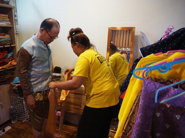 換裝,泰國服飾穿來很有笑點。記者羅建怡/攝影