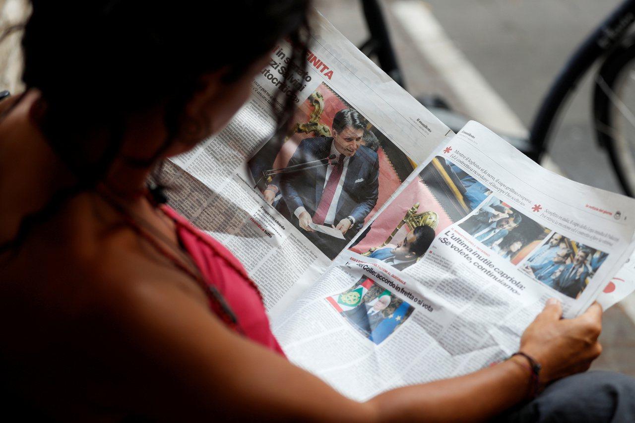 義大利羅馬街頭21日有人在讀總理孔蒂請辭的報紙新聞。路透