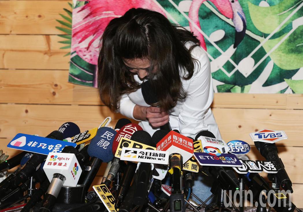 謝忻鞠躬跟Grace、阿翔以及阿翔孩子、爸爸和媽媽道歉。記者徐兆玄/攝影