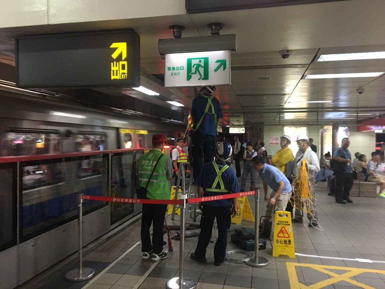 大雨狂炸雙北 捷運中山站月台積水狀況已排除
