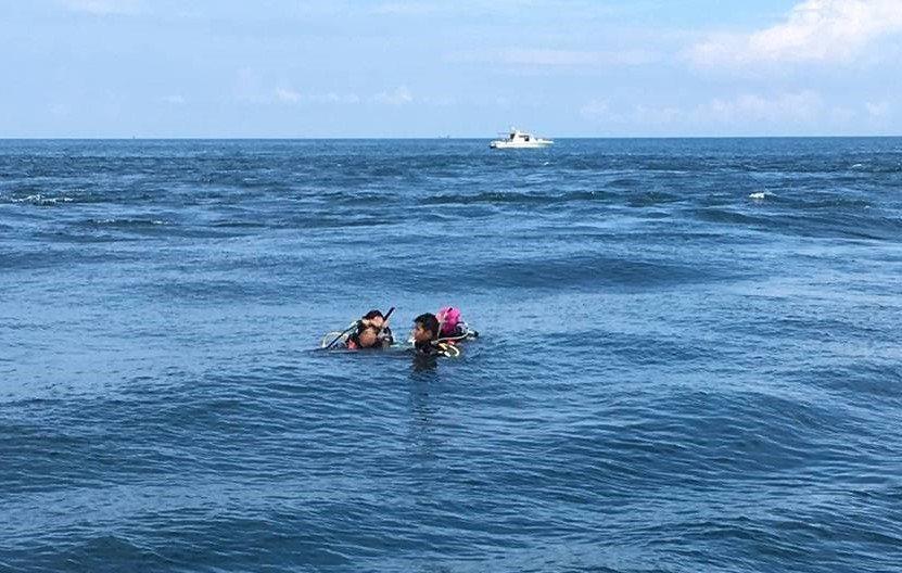 2男2女潛水客今天到基隆嶼海域潛水時,體力不濟無法自行游回船上,在海面揮手求助。...