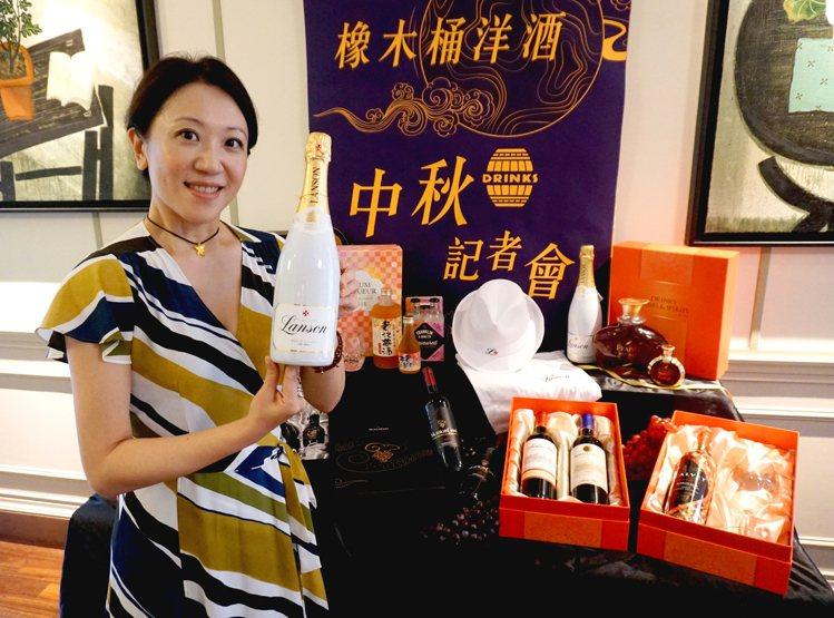 橡木桶洋酒總經理袁德珮與法國蘭頌雪白香檳。圖/橡木桶洋酒提供