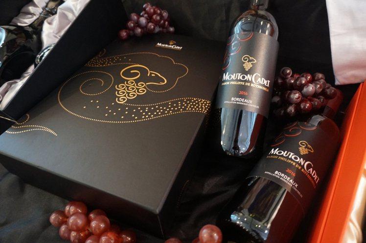 法國摩當卡地純釀紅藍金羊雙入禮盒,特價1,288元。圖/橡木桶洋酒提供