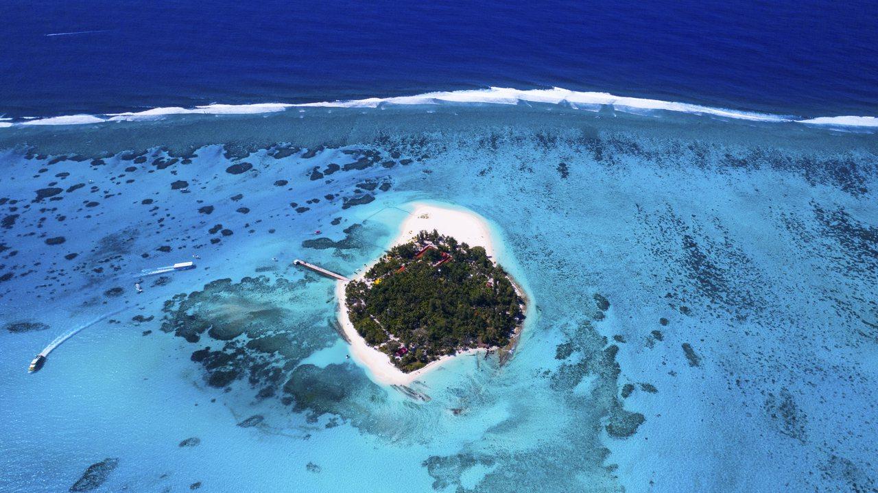 「軍艦島」有綠色珍珠美稱,絕美自然風光令人神往。圖/馬里亞納觀光局提供