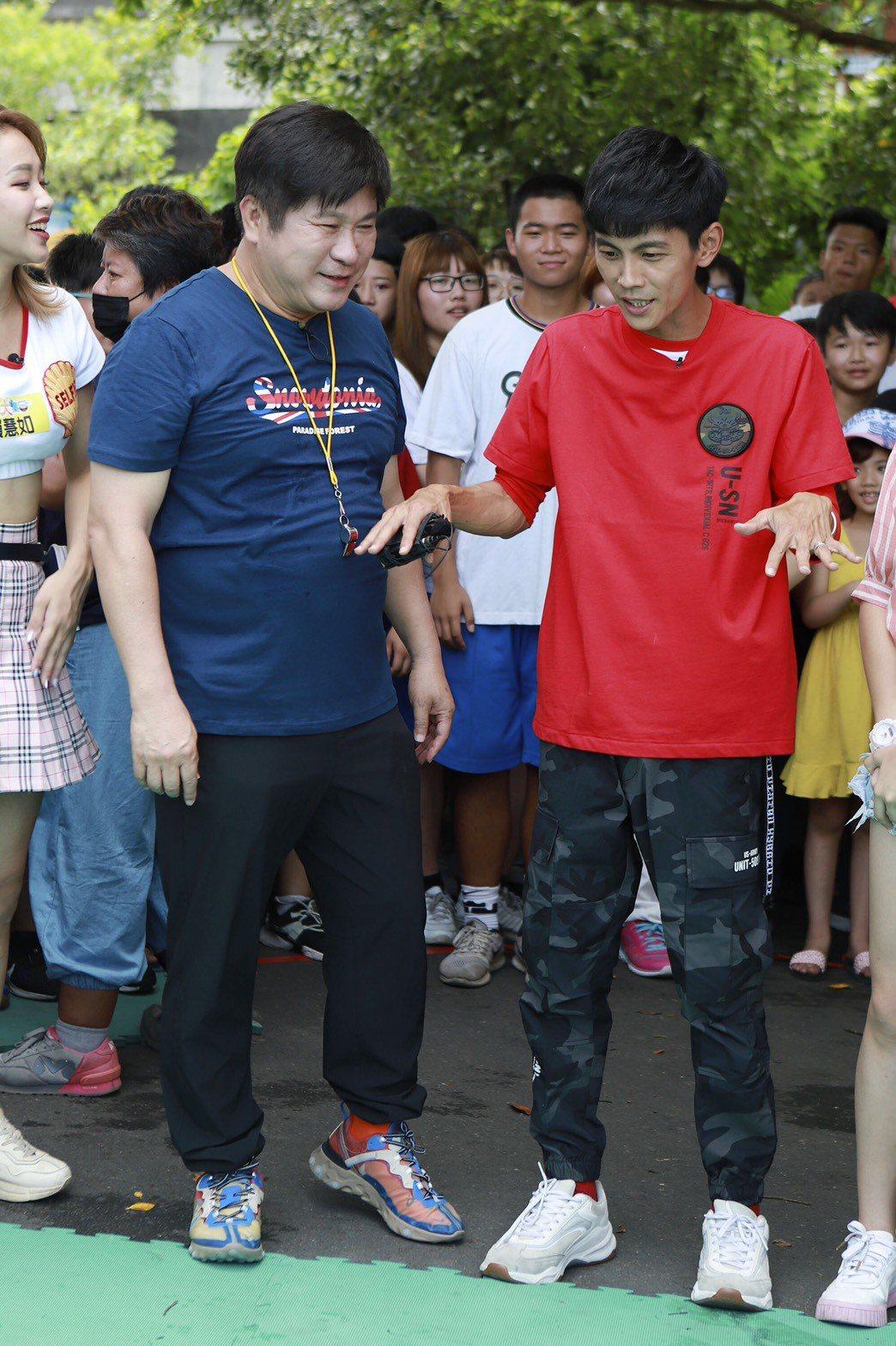 阿翔(右)錄影時態度謹慎,如履薄冰。圖/民視提供