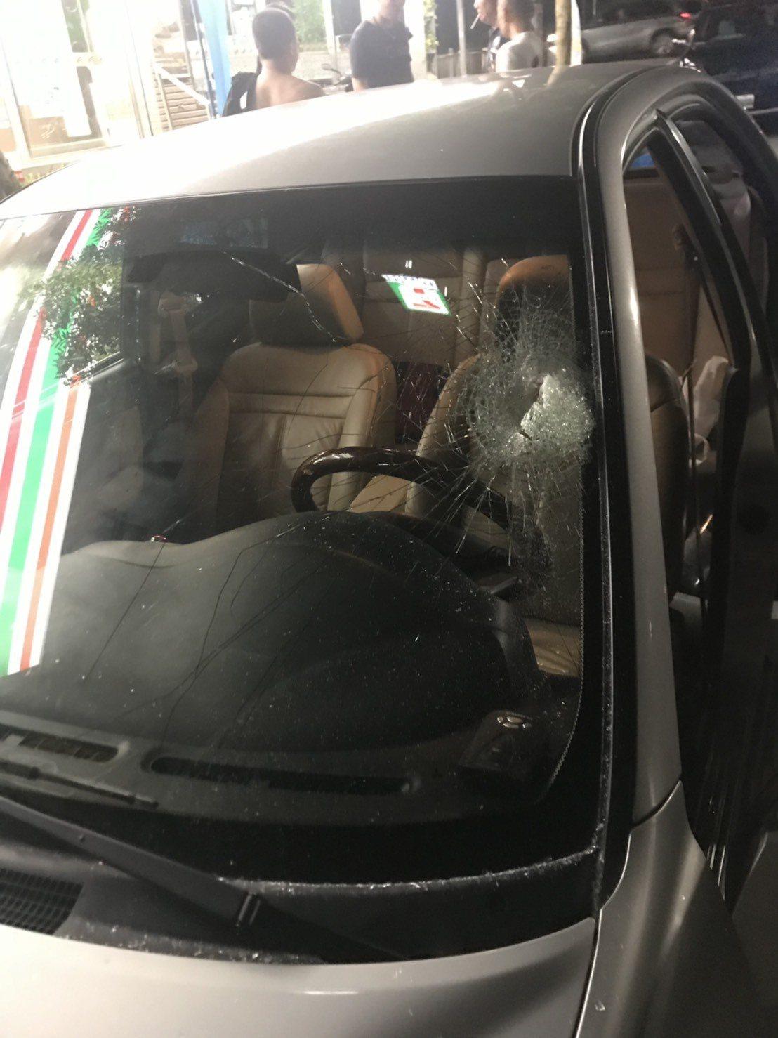 員警持短棍擊破擋風玻璃,讓車上的男女2人都遭玻璃噴濺。圖/被害當事人提供