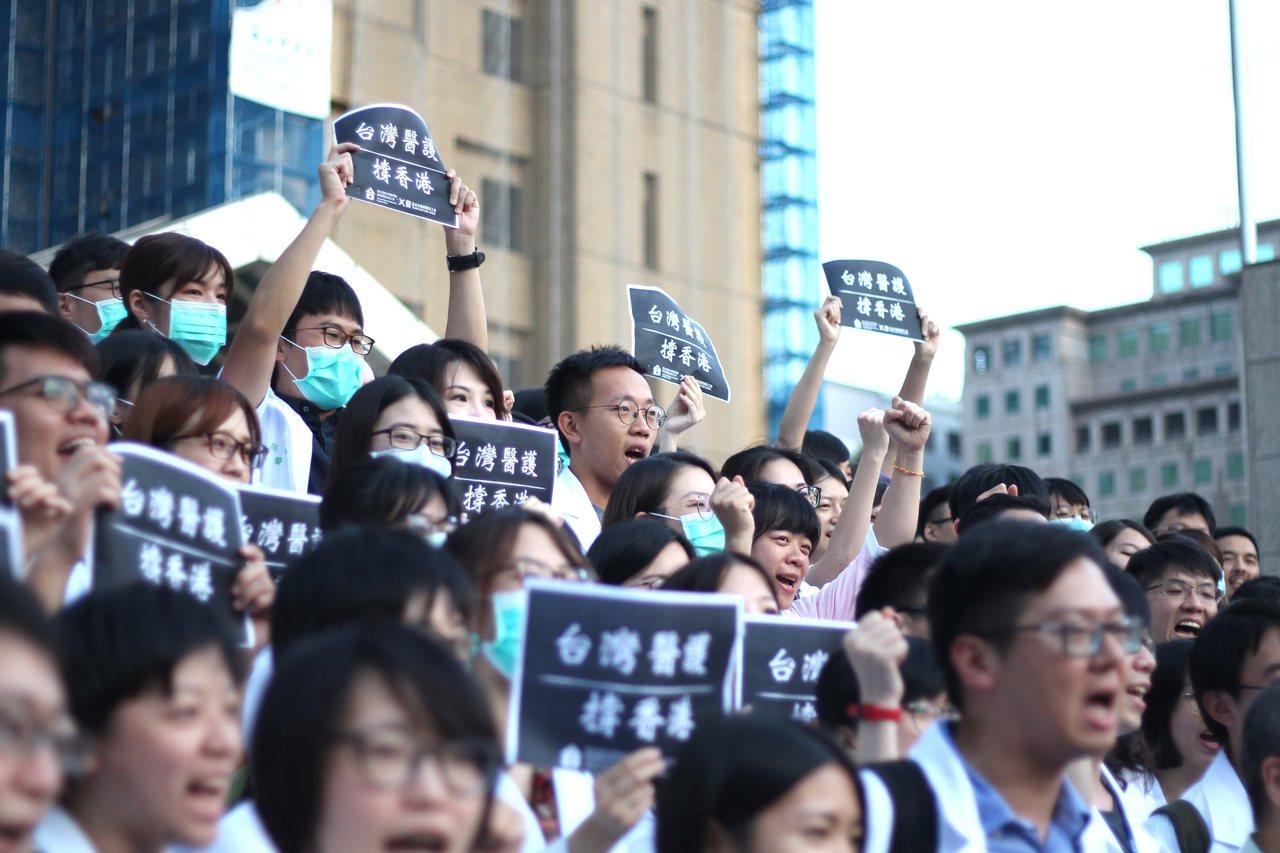 為聲援香港近日發生流血衝突,近百名醫護人員今天下午6時於台大醫院前進行快閃聲援活...