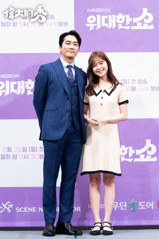 宋承憲(左)在新戲「偉大的秀」與盧正義飾演父女。圖/愛奇藝台灣站提供