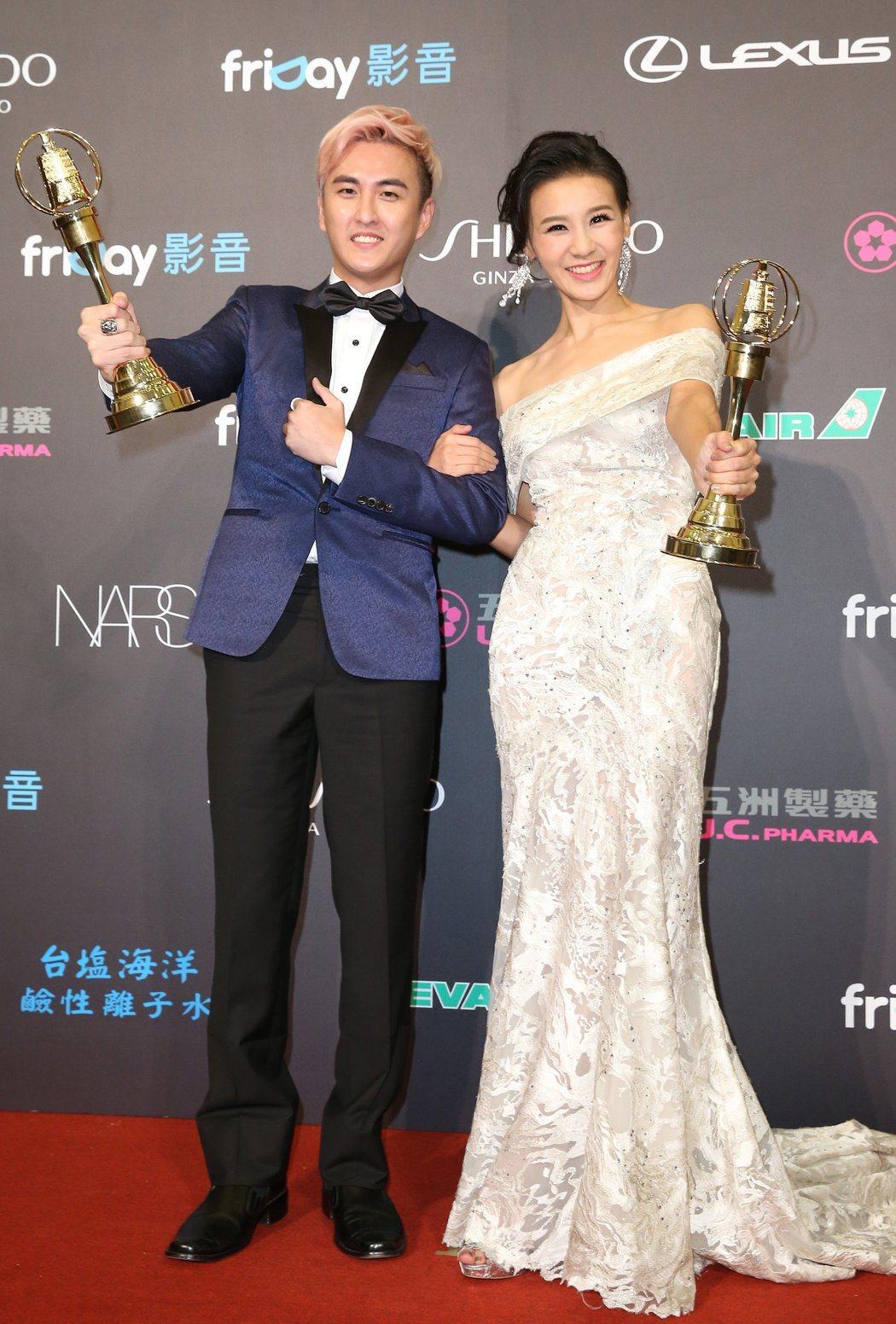 藝人黃靖倫(左)日前拍攝電視台戲劇時,一場躺在海邊沙灘的戲,因大量海水灌進他的耳...