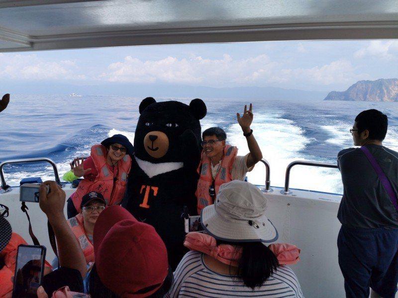 龜山島每年3月到9月是賞鯨好季節,就連外國觀光客都慕名而來。圖/台灣觀巴提供