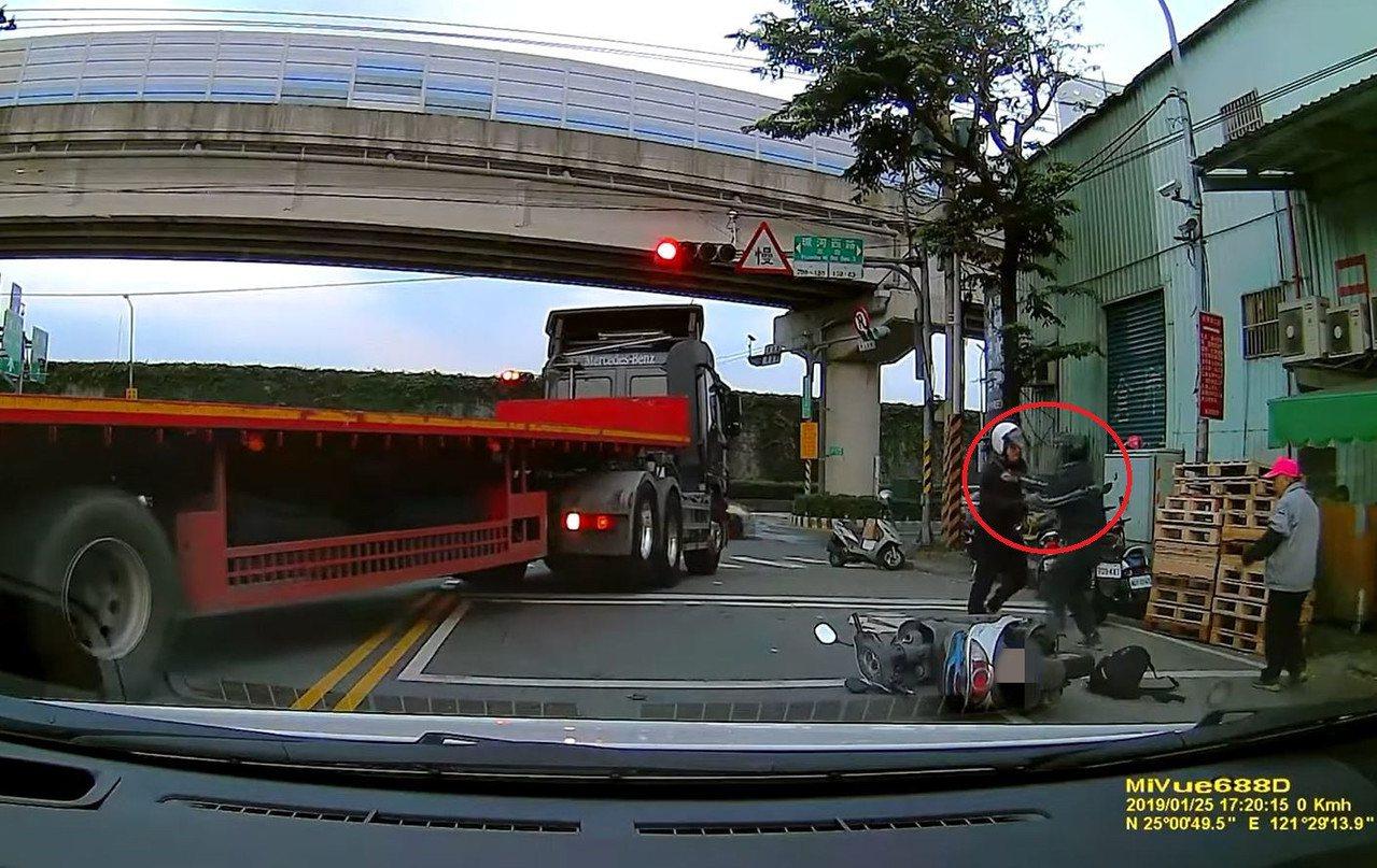 簡男與陳男在路上因行車糾紛起衝突,更因此大打出手。記者柯毓庭/翻攝