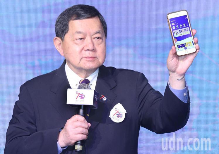 遠東集團董事長徐旭東秀出手機中的HAPPY GO Pay。記者曾學仁/攝影
