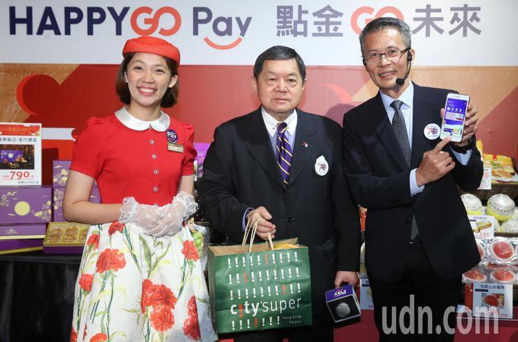 集團董事長徐旭東(中)親自示範用HAPPY GO Pay購物。記者曾學仁/攝影