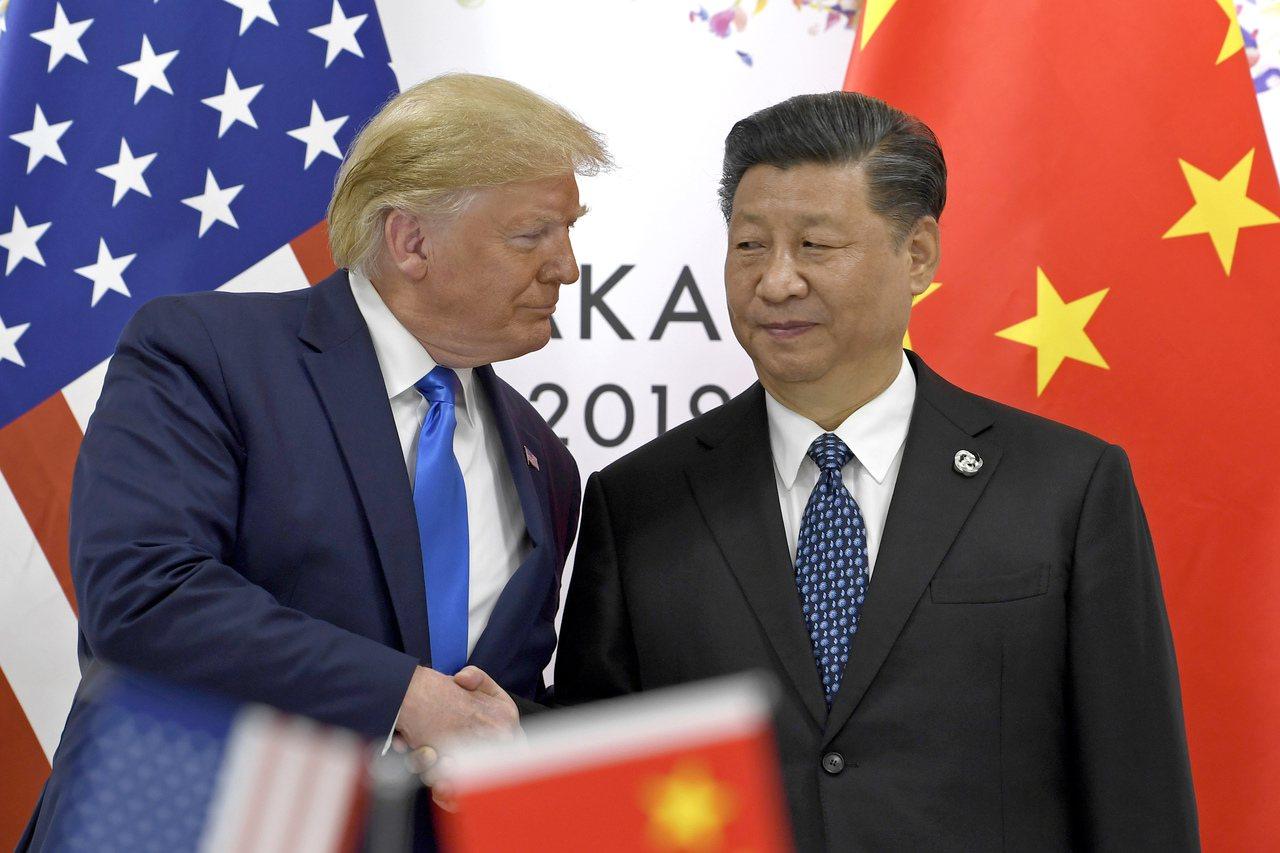 美中貿易衝突愈演愈烈。圖為美國總統川普(左)與大陸國家主席習近平(右)6月29日...