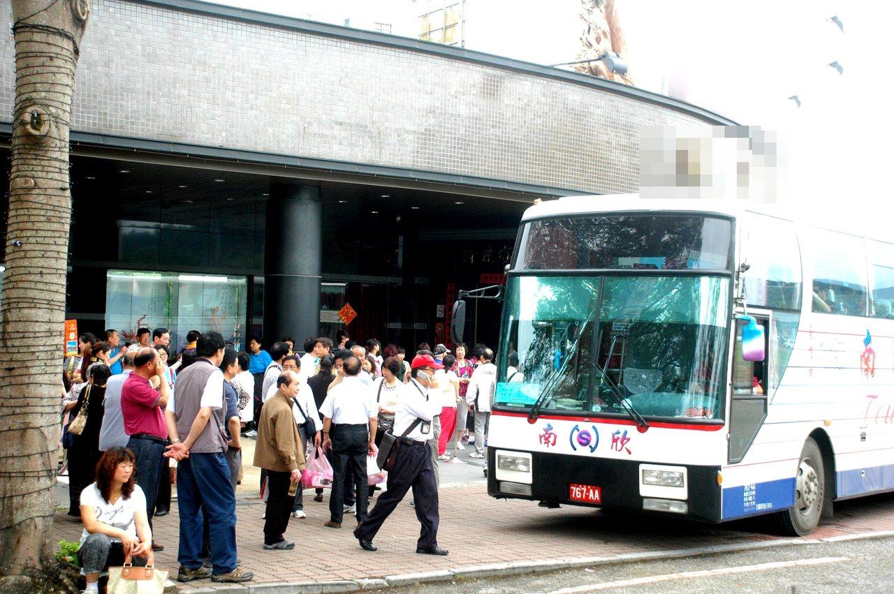 3年多前,台東一家紅珊瑚藝品店前人行道被大陸遊客擠得水洩不通。本報資料照片