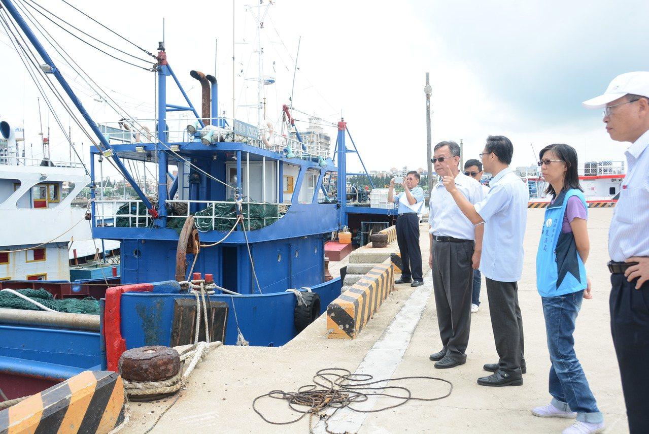 澎湖縣長賴峰偉到海八碼頭,查看被查扣的越界大陸漁船。圖/澎湖縣政府提供