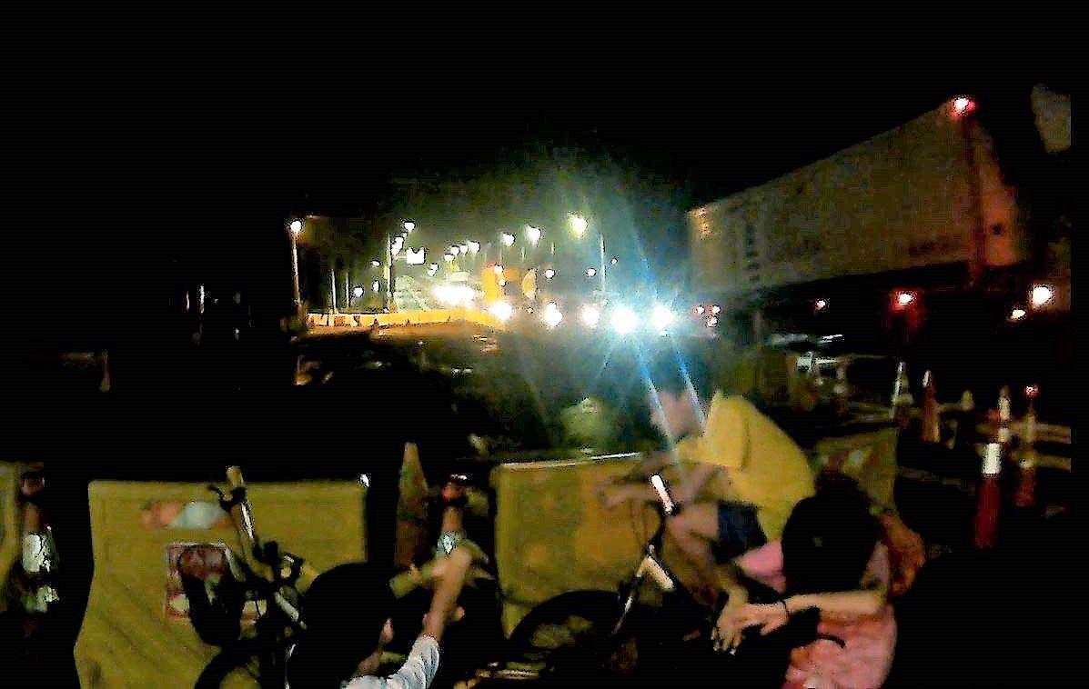 嘉義許姓男童,昨天凌晨帶著妹妹、弟弟,騎腳踏車,行經民雄鄉民雄陸橋旁,被路過民眾...