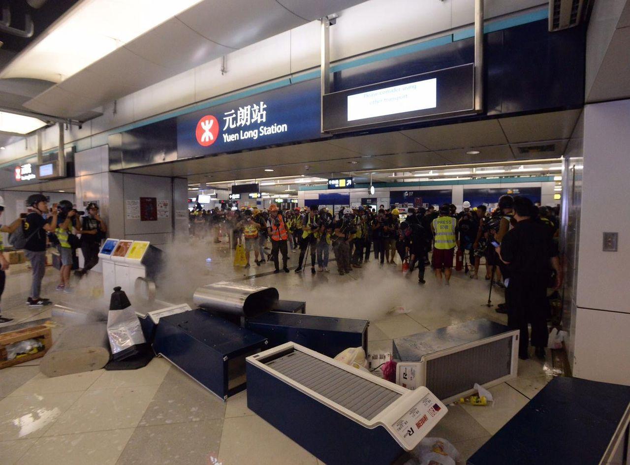 港鐵元朗站今晚又不平靜,有示威者則在站內噴滅火筒及噴水。(取自星島網)