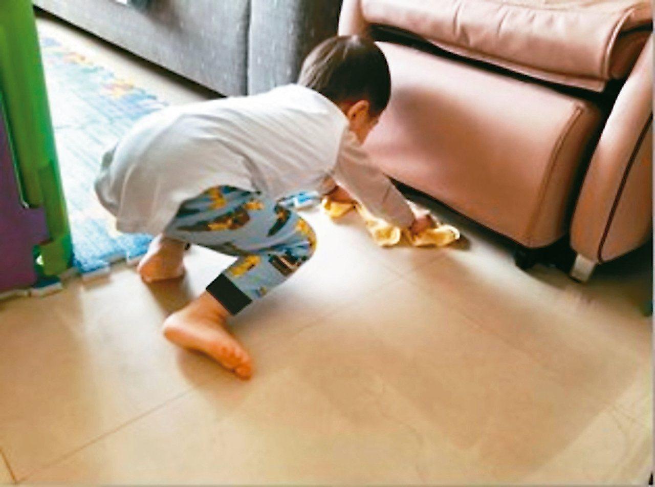 孩子跪地擦地板,可幫助肌力,訓練神經協調。 圖/台灣妥瑞症協會提供