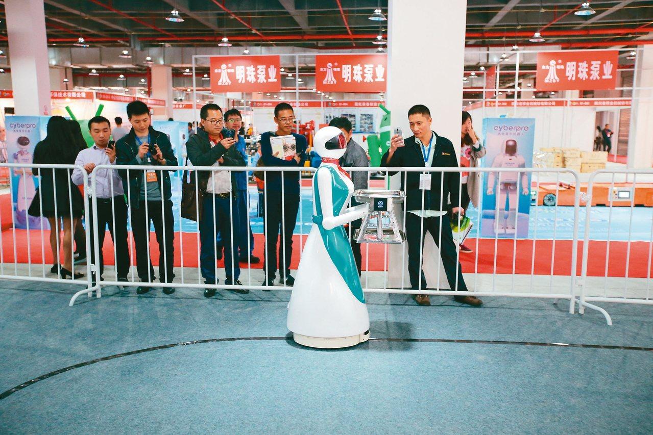 四川裝備智造國際博覽會,10月將在德陽舉行;圖為餐飲服務機器人。 圖/本報四川德...