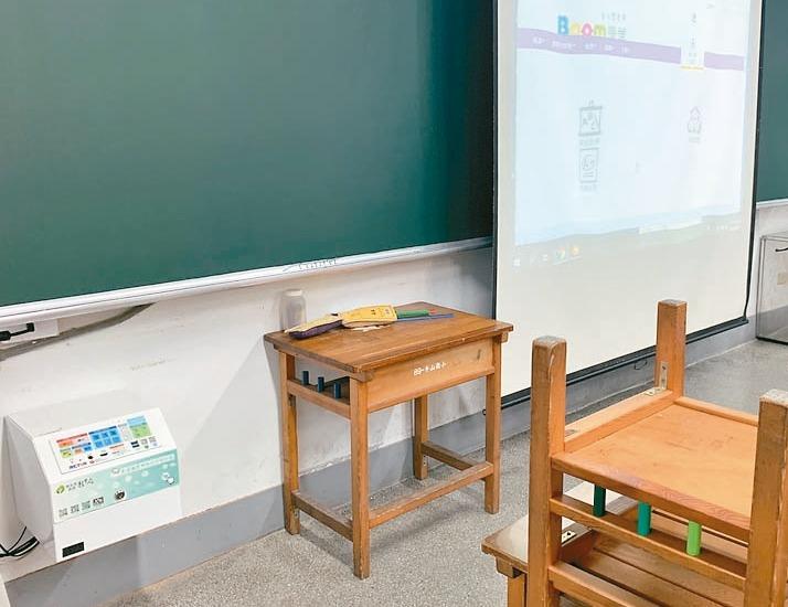 立委黃國昌昨指控新北市運用前瞻計畫1.3億元建置智慧教室的「影音整合控制器」(左...