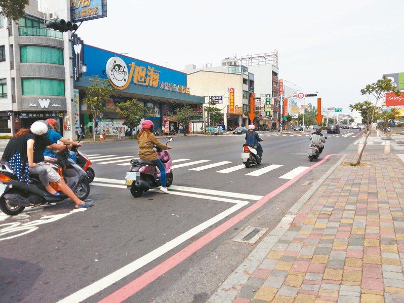 機車騎士停等紅燈時,將車輛停在斑馬線、壓在白色停止線,都會開罰。 圖/台南市交通局提供