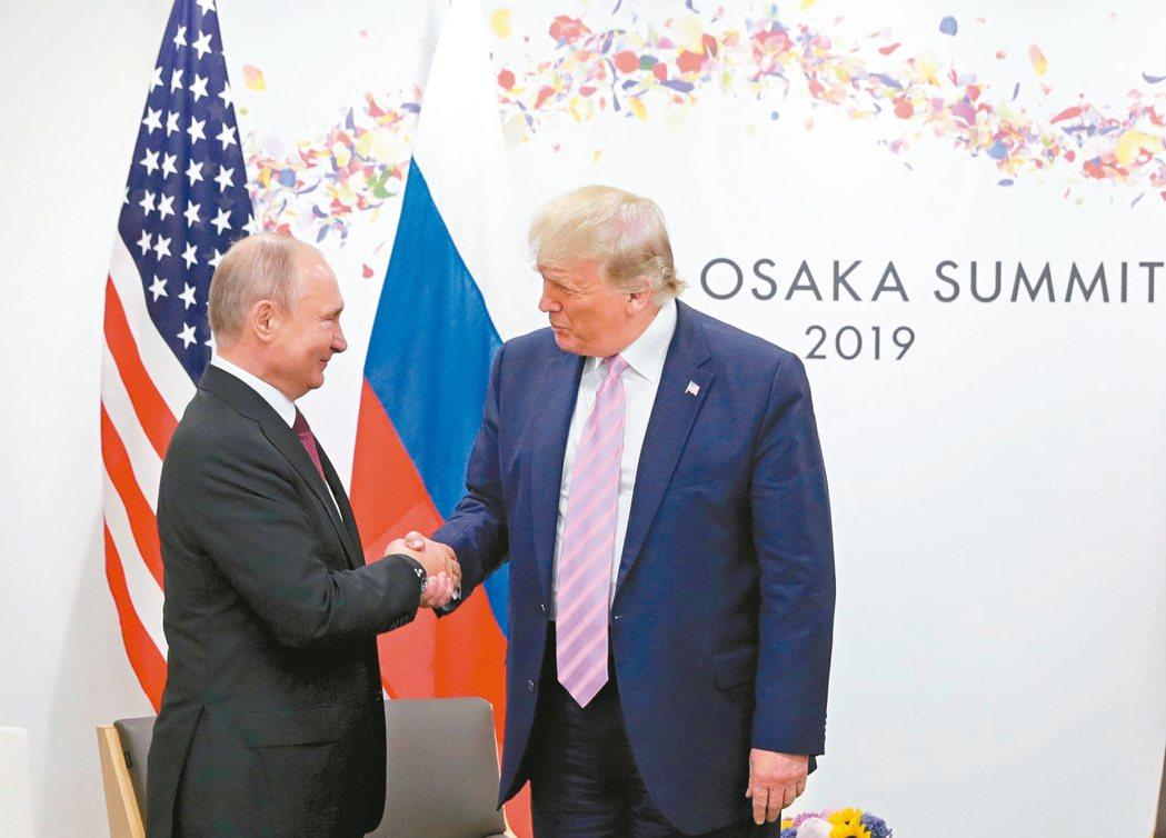 美國總統川普(右)重提讓俄國重新加入七大工業國集團的想法,左為俄國總統普亭。兩人...
