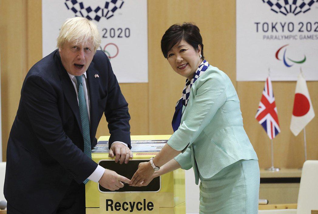 時任英國外相強生(左)2017年7月訪問東京時,和東京都知事小池百合子一同出席提...
