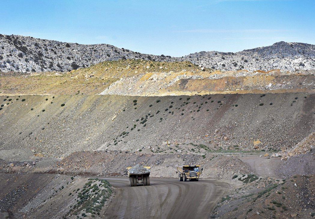 科學家研究指出,地球的稀土在100年內將被開採殆盡,圖為美國加州的一處稀土礦場。...
