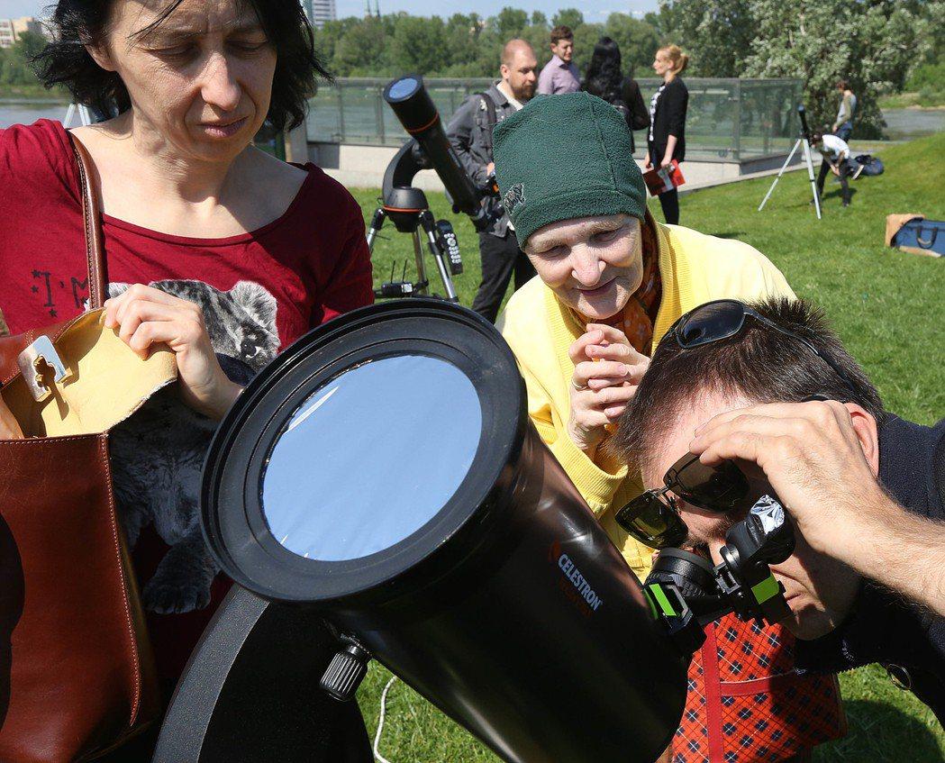 天文望遠鏡的鏡片製作也會用到稀土。 (美聯社)