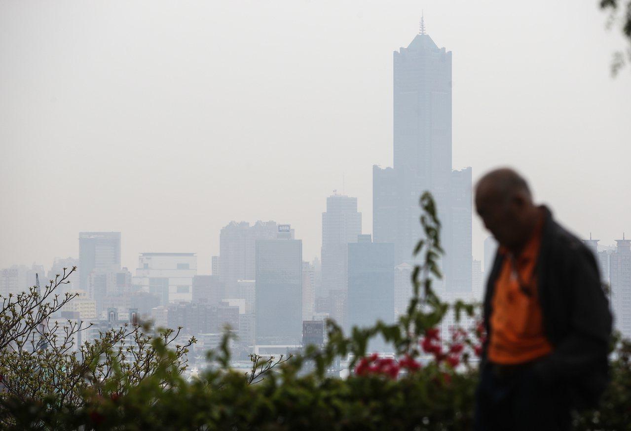 高雄工業區林立,細懸浮微粒汙染嚴重,遠望過去一片霧。圖/聯合報系資料照片