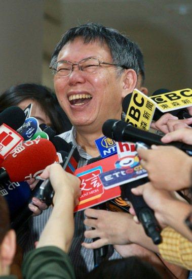台北市長柯文哲上午例行的「餵食鯊魚」記者會,對於明天「緬懷823」柯郭王將首度同...
