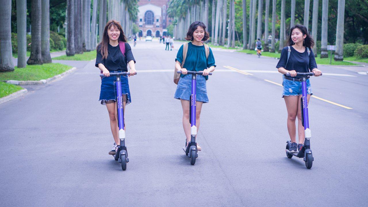為了改善校內私人自行車太氾濫,造成校園環境混亂,台大率全國之先,規畫「共享電動滑...