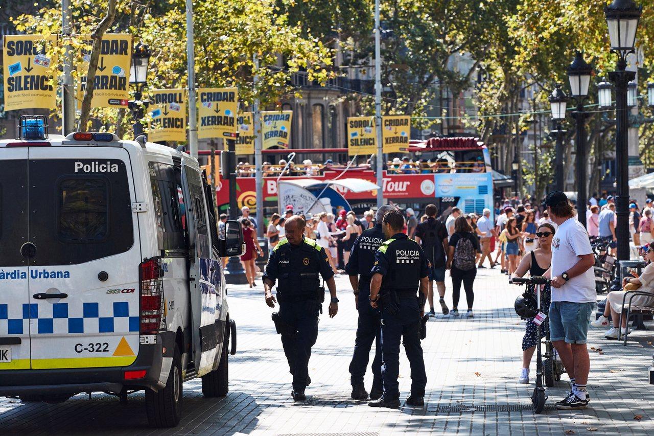 加泰隆尼亞自治警察部隊派出的警員在巴塞隆納舊城區蘭布拉大道巡邏。 (歐新社)