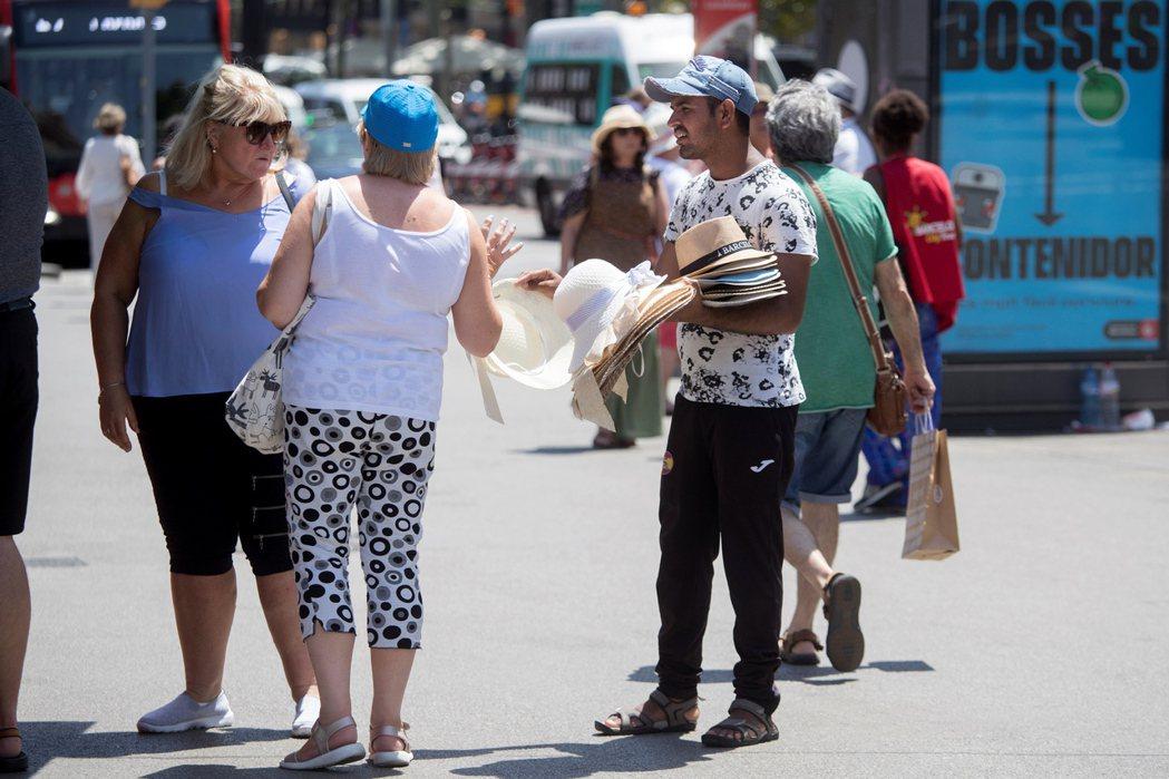 巴塞隆納居民有160萬人,去年共吸引1,600萬遊客來訪。 (歐新社)