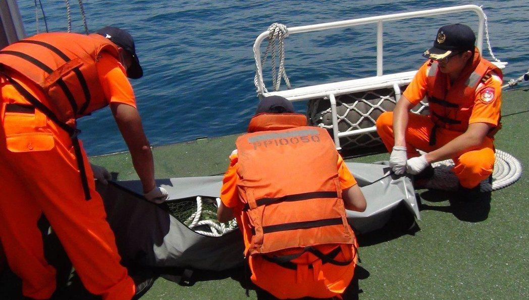 大體上船後,千萬不能跨過「龍骨」。 圖/海巡提供