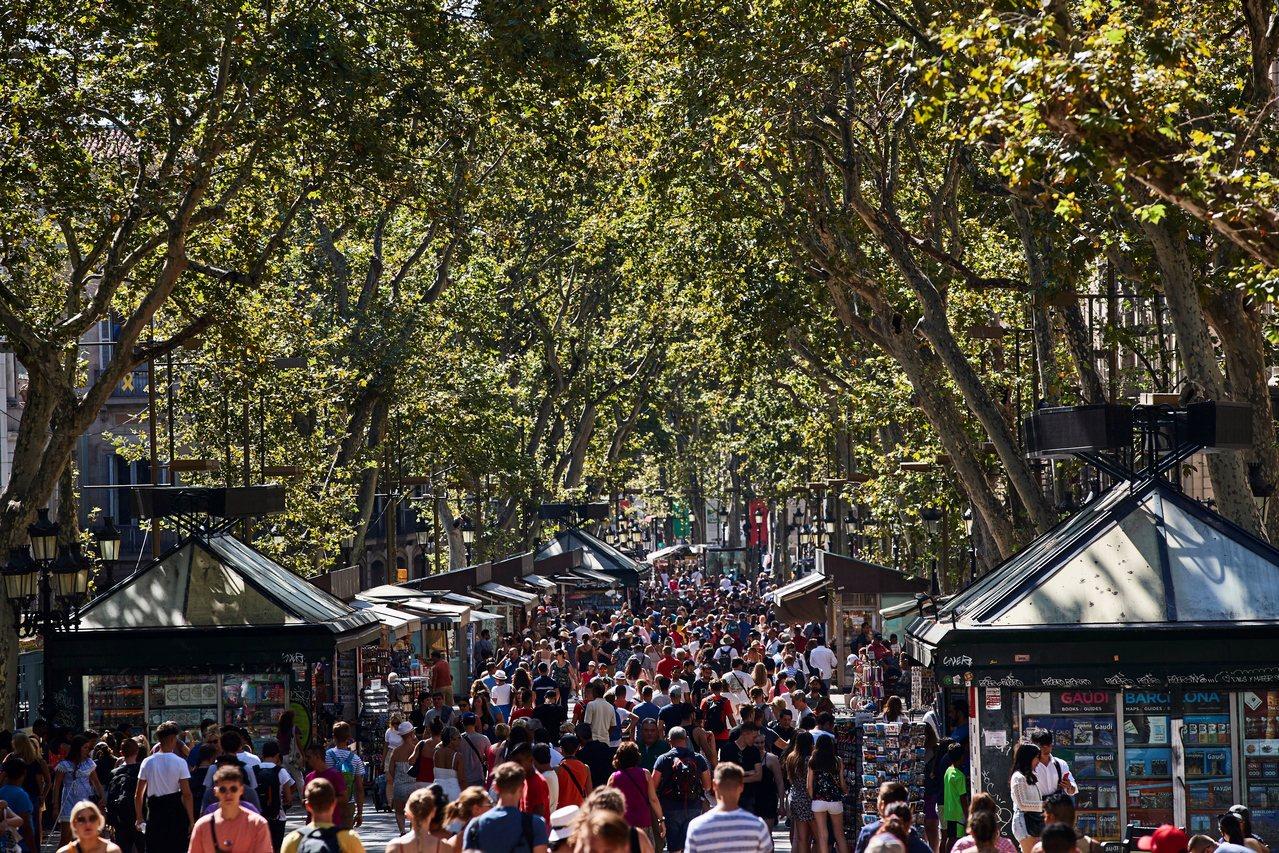 西班牙巴塞隆納舊城區蘭布拉大道是遊客聚集地,常有扒手和小混混出沒。 (歐新社...