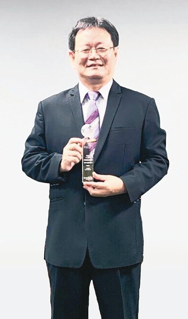 中華郵政公司壽險處長楊肅芳代表領獎。 中華郵政/提供