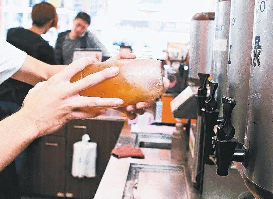 手搖茶商機夯,相關廠商要注意,店面製作的手搖杯並無貨物稅問題,從自設工廠封裝出廠...