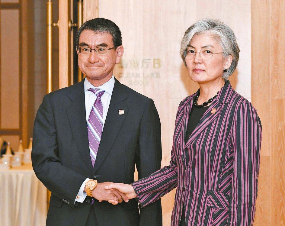 日本外務大臣河野太郎(左)與南韓外交部長康京和在北京會談。 美聯社